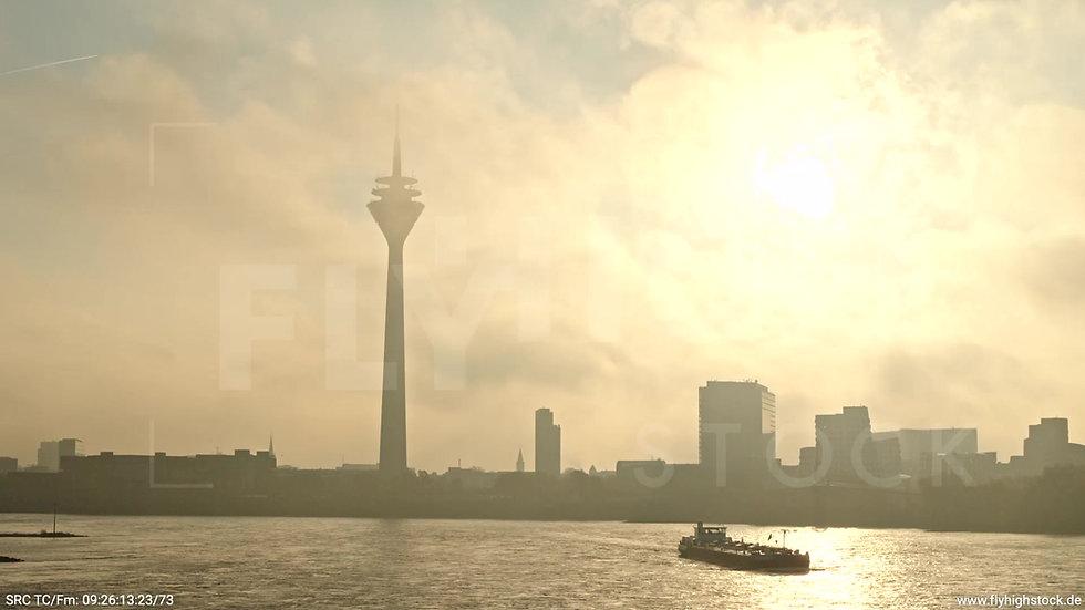 Düsseldorf Rheinturm Skyline tiefer Parallelflug morgens F003_C001