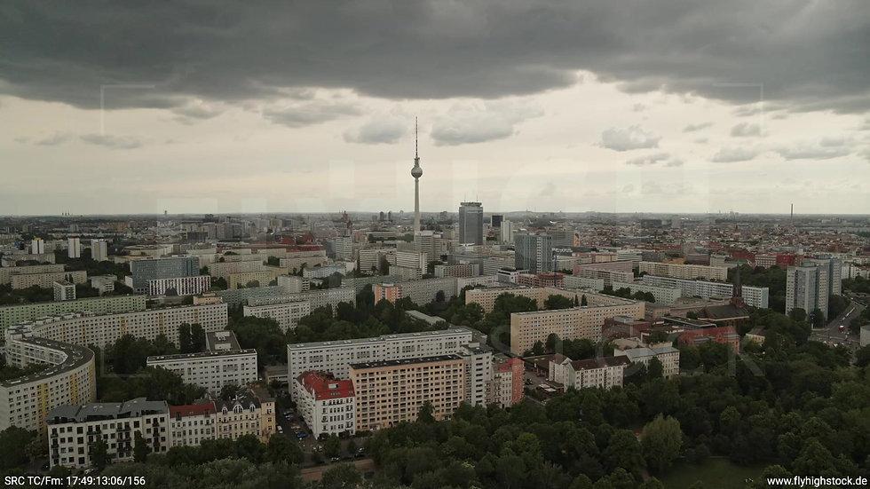Berlin Volkspark Friedrichshain Alexanderplatz Skyline Rückflug tagsüber 5