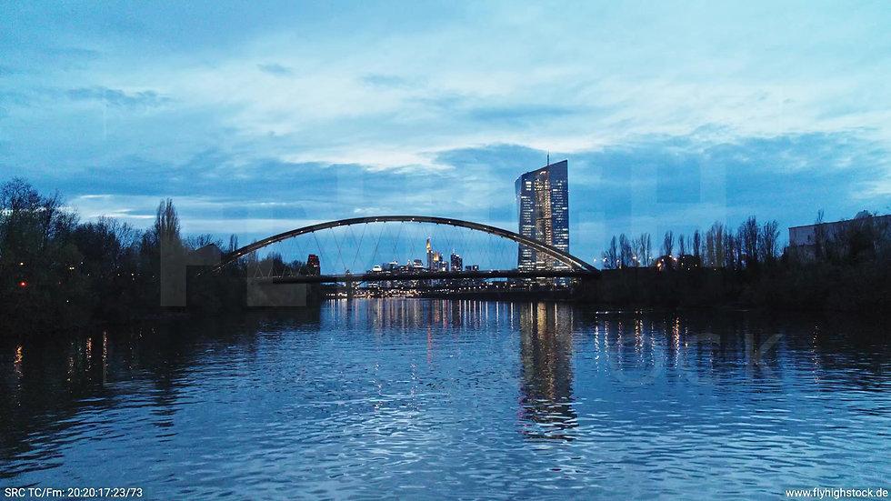 Frankfurt Osthafenbrücke Hub Skyline abends 18