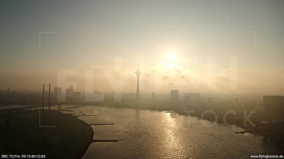Düsseldorf Rheinturm Skyline Zuflug morgens F002_C017