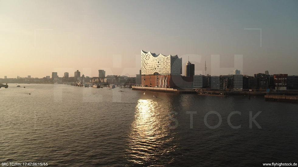 Hamburg Südwesthafen tiefer Rückflug Elbphilharmonie abends