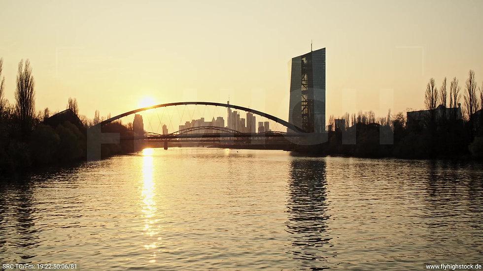 Frankfurt Osthafenbrücke Zuflug nach oben Skyline abends