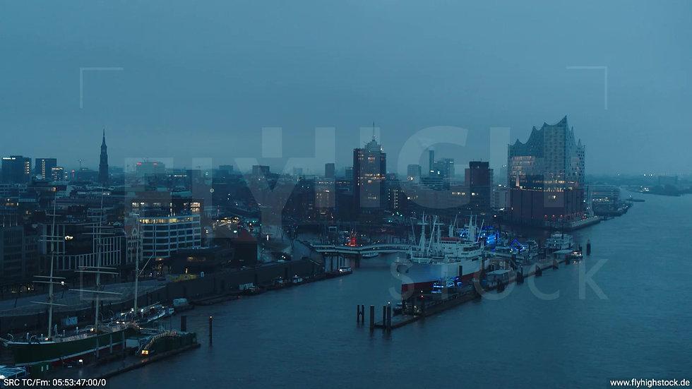 Hamburg Hafen Überflug Elbe mit Elbphilharmonie morgens bewölkt Winter 2