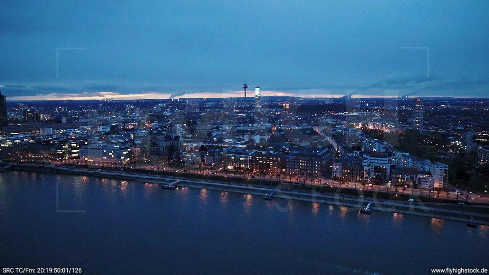 Köln Westufer Skyline Zuflug abends 6
