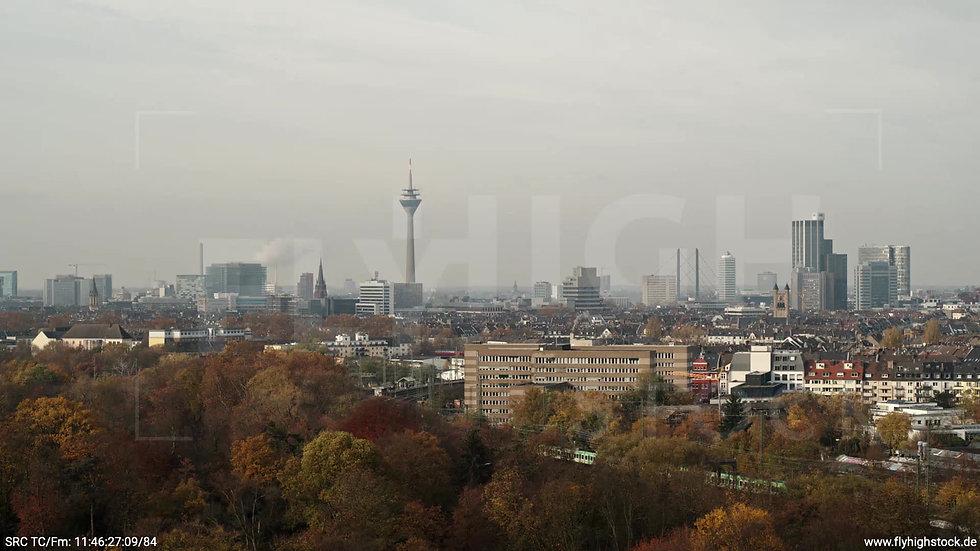 Düsseldorf Volksgarten Skyline tiefer Zuflug tagsüber F006_C020