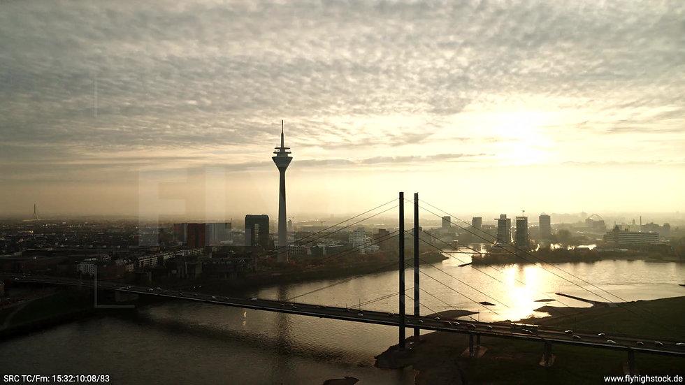 Düsseldorf Rheinkniebrücke Skyline Parallelflug abends F008_C008