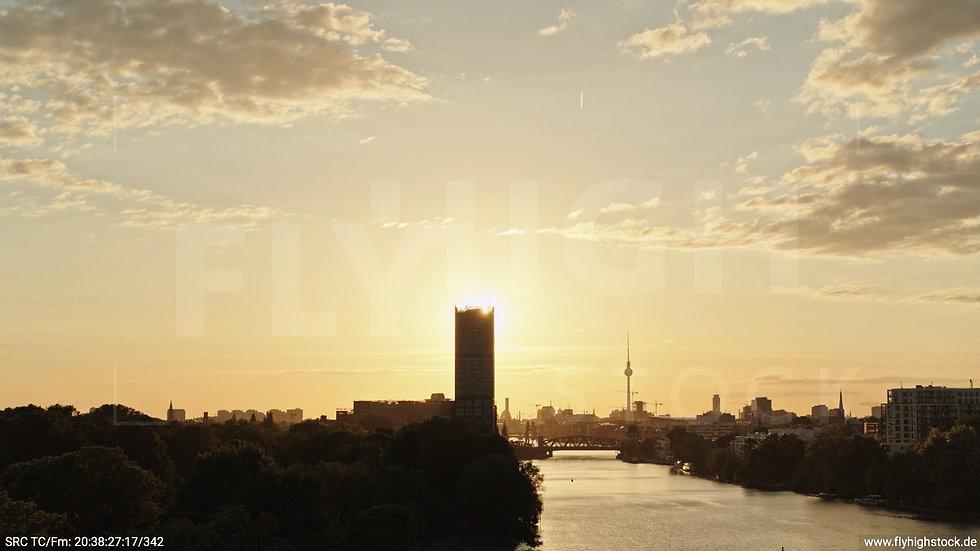 Berlin Treptower Park Skyline seitlicher Hub abends 2