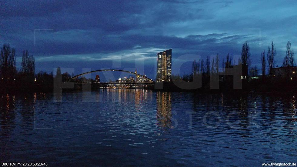 Frankfurt Osthafenbrücke Zuflug nach oben Skyline abends 15