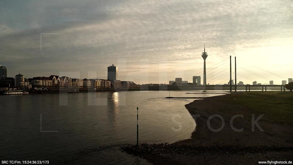 Düsseldorf Rheinkniebrücke Skyline tiefer Parallelflug tagsüber F008_C001