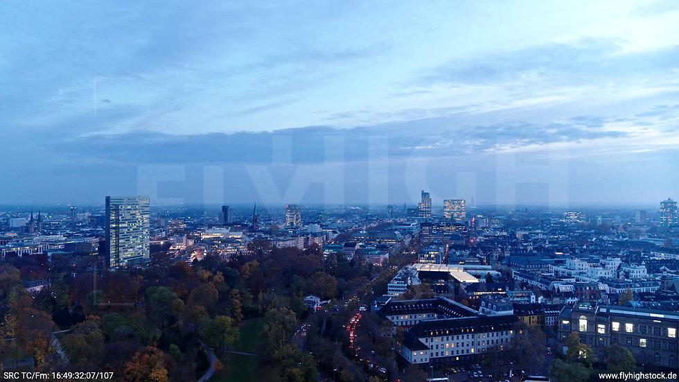 Düsseldorf Hofgarten Skyline Zuflug nach unten abends F009_C013
