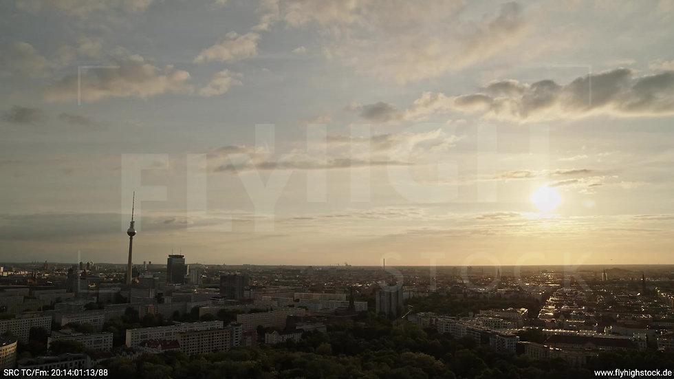 Berlin Volkspark Friedrichshain Alexanderplatz Skyline Zuflug abends 3