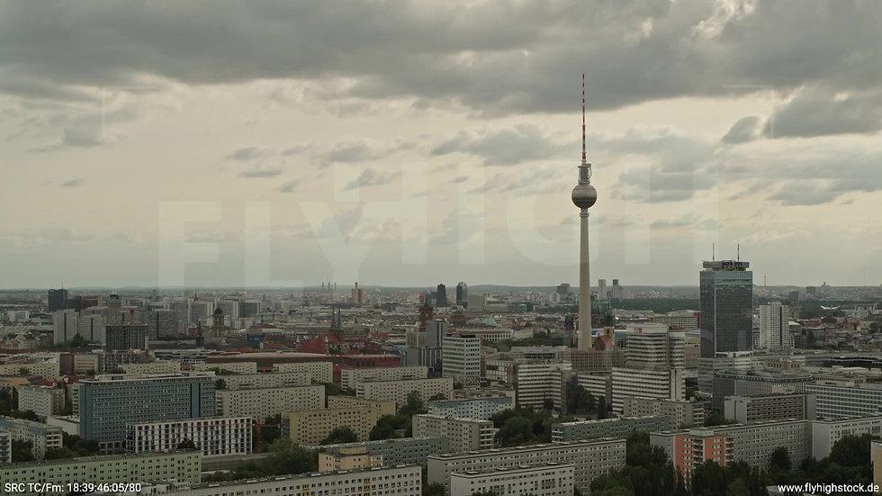 Berlin Volkspark Friedrichshain Alexanderplatz Skyline Parallelflug tagsüber 4