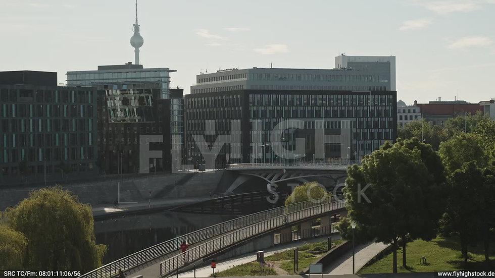 Berlin Spreebogenpark Fernsehturm Zuflug nach oben tagsüber D031_C017