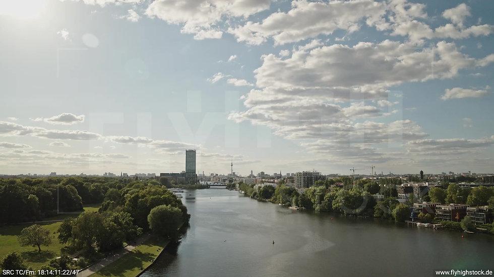 Berlin Treptower Park Skyline tiefer Zuflug tagsüber
