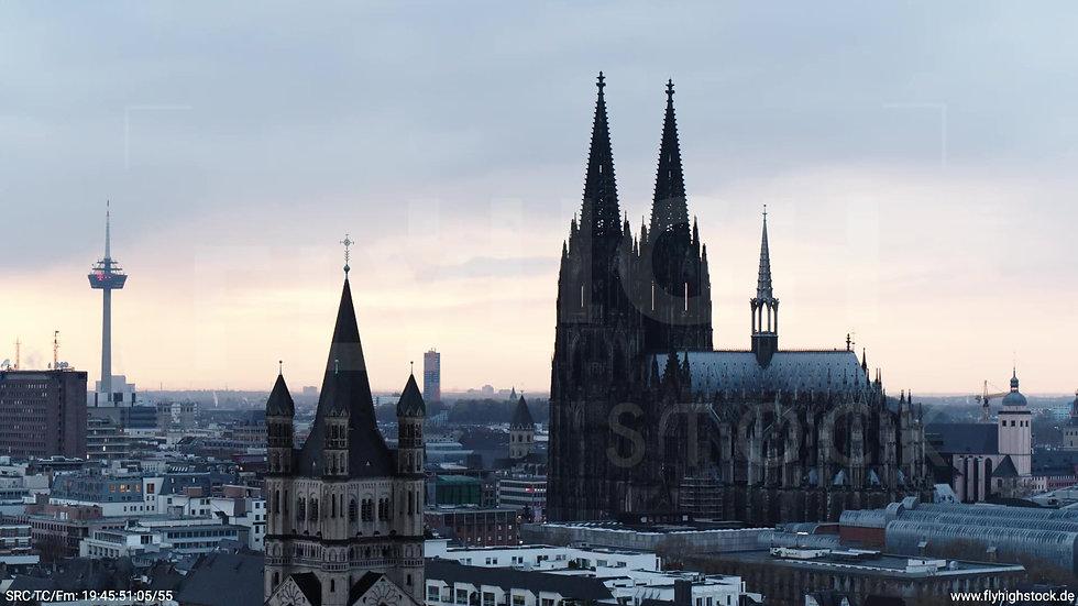 Köln Kennedy-Ufer Skyline Parallelflug nach oben tagsüber 2