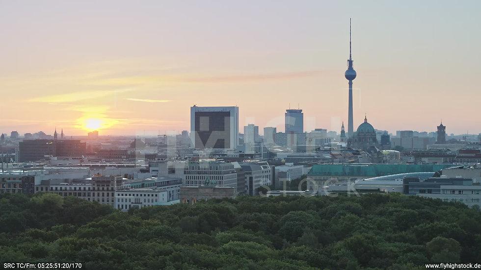 Berlin Tiergarten Brandenburger Tor Parallelflug morgens D029_C003