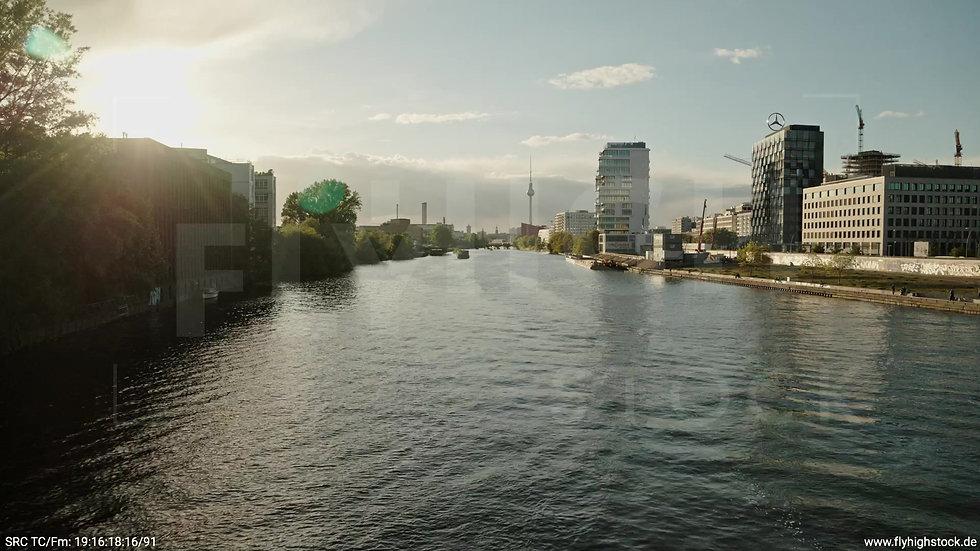 Berlin East Side Gallery Skyline Zuflug nach oben abends