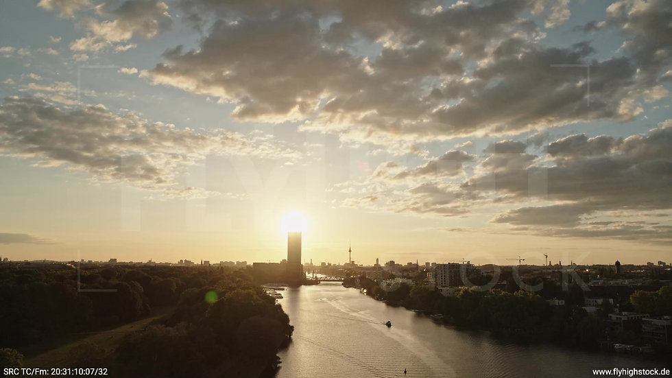 Berlin Treptower Park Skyline Rückflug nach unten abends