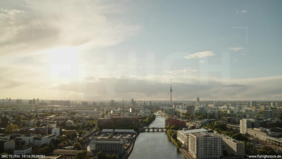 Berlin East Side Gallery Skyline Rückflug abends