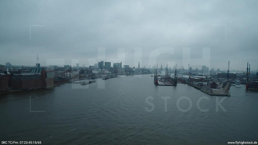 Hamburg Hafen Überflug Elbe Richtung Skyline tagsüber bewölkt