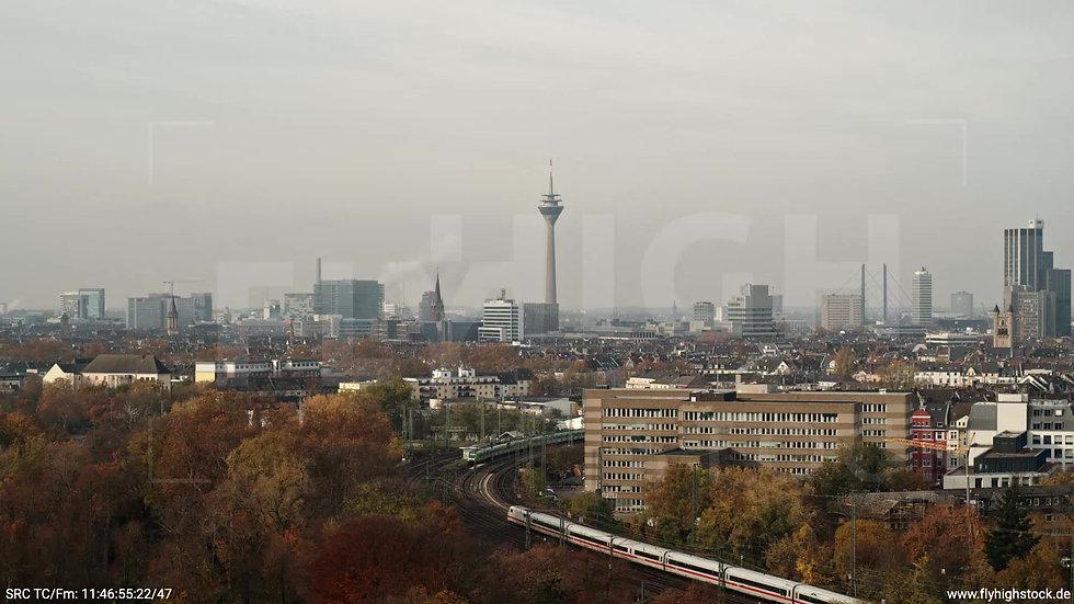 Düsseldorf Volksgarten Skyline tiefer Rückflug tagsüber F006_C021