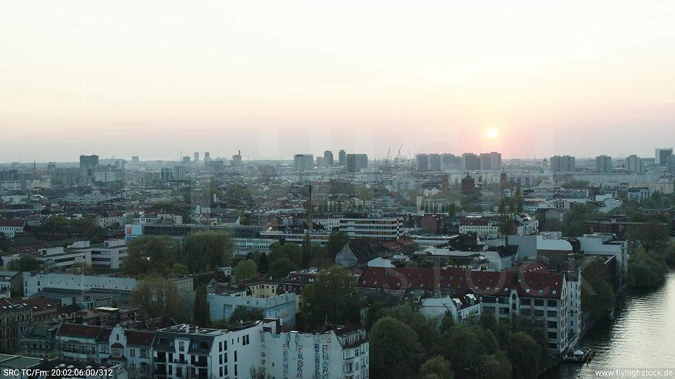 Berlin Oberbaumbrücke Skyline Rückflug abends