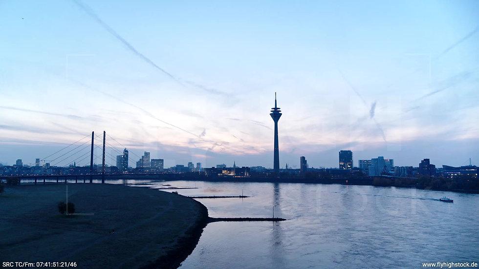 Düsseldorf Rheinturm Skyline Zuflug nach oben morgens F004_C003