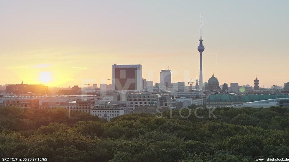 Berlin Tiergarten Brandenburger Tor Zuflug morgens D029_C007