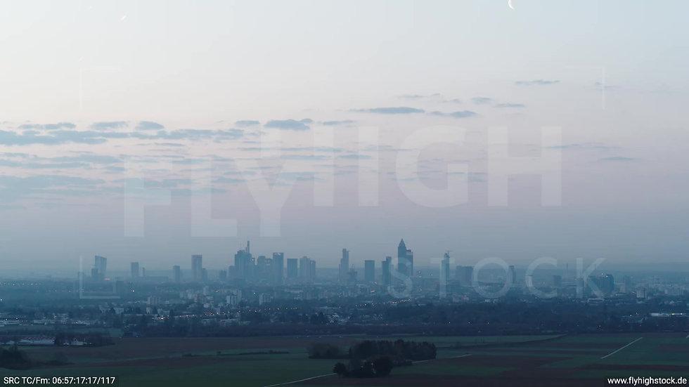 Frankfurt Skyline Zuflug morgens 6