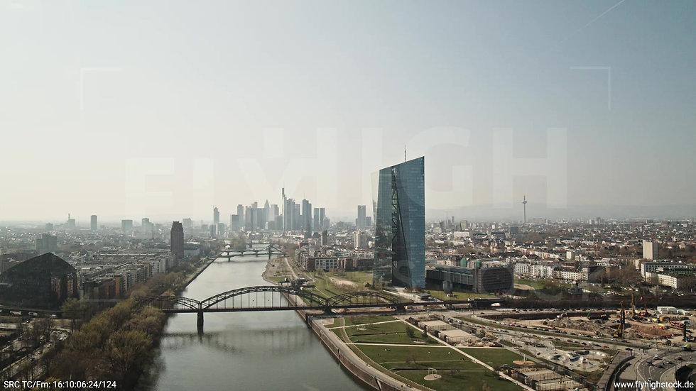 Frankfurt Osthafenbrücke Rückflug Skyline tagsüber 2