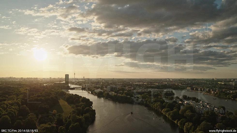 Berlin Treptower Park Skyline Zuflug nach unten abends