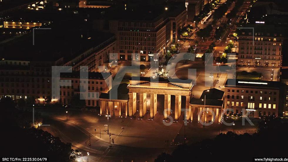 Berlin Tiergarten Brandenburger Tor Rückflug nach oben nachts D044_C007