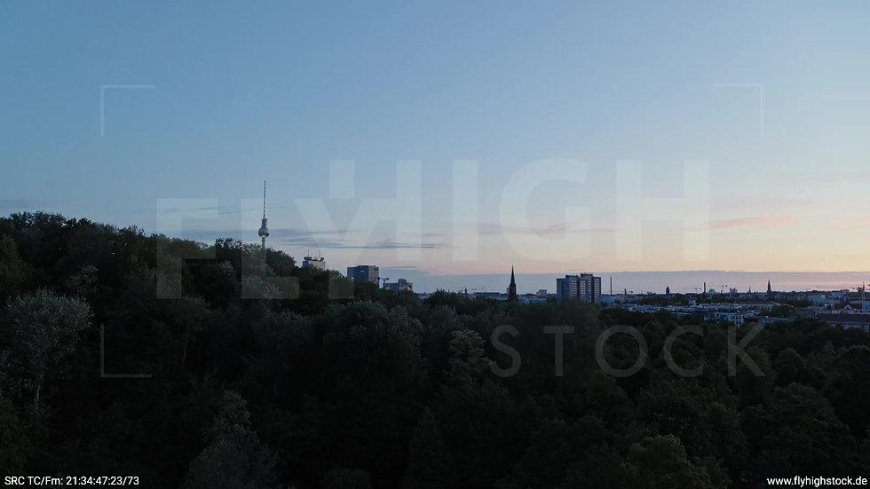 Berlin Volkspark Friedrichshain Alexanderplatz Skyline Zuflug n. o. abends 3