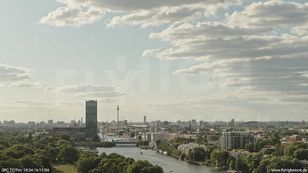 Berlin Treptower Park Skyline Zuflug tagsüber 3