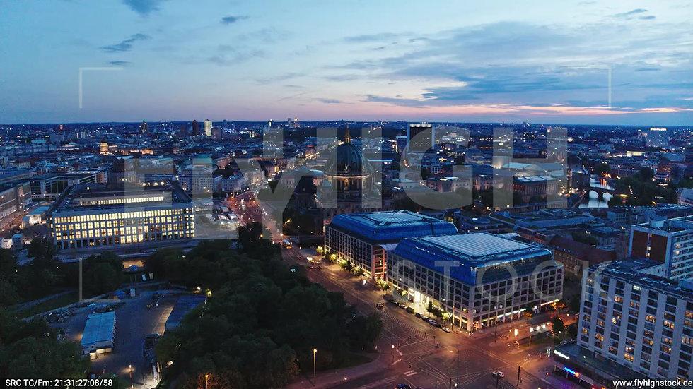 Berlin Neptunbrunnen Berliner Dom Zuflug nach unten abends D042_C014