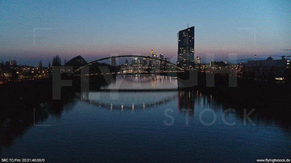 Frankfurt Osthafenbrücke Hub Skyline abends 15
