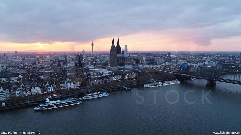 Köln Kennedy-Ufer Skyline Zuflug abends