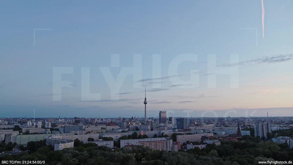 Berlin Volkspark Friedrichshain Alexanderplatz Skyline Zuflug abends 6