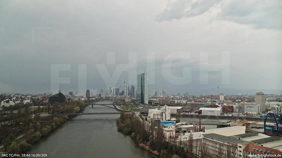 Frankfurt Osthafenbrücke Zuflug Skyline tagsüber 12