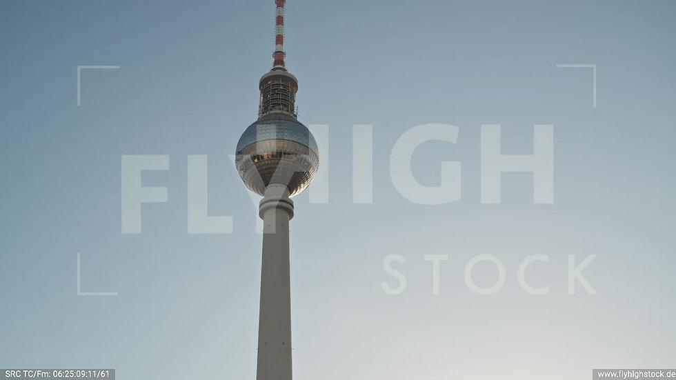 Berlin Neptunbrunnen Fernsehturm Zuflug nach oben morgens D038_C011