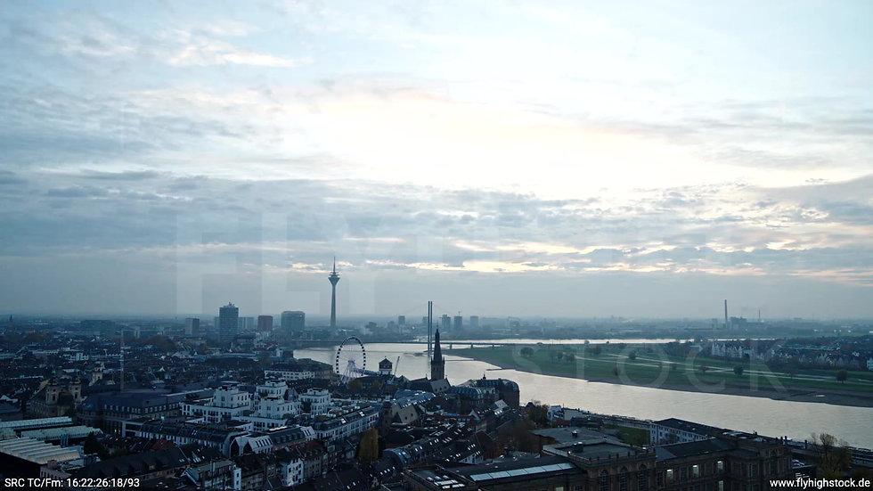 Düsseldorf Hofgarten Rheinturm Skyline Parallelflug abends F009_C002