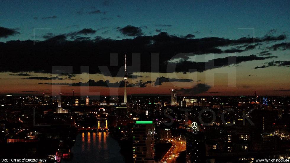Berlin East Side Gallery Skyline Zuflug abends 8