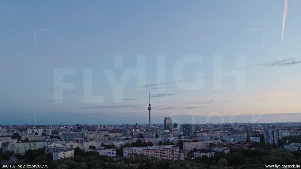 Berlin Volkspark Friedrichshain Alexanderplatz Skyline Zuflug abends 7