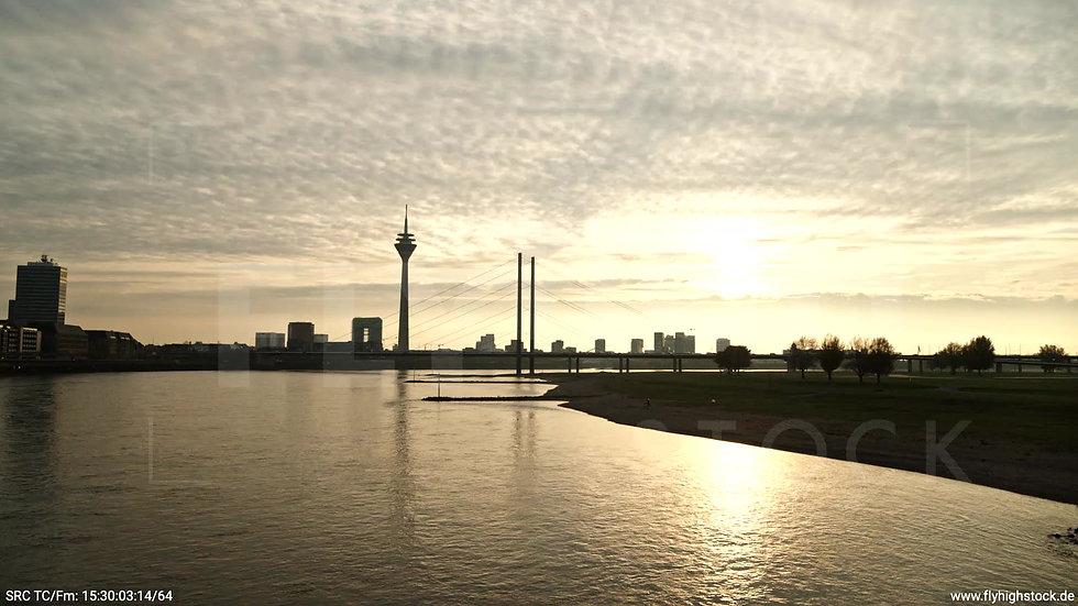 Düsseldorf Rheinkniebrücke Skyline Hub abends F008_C006