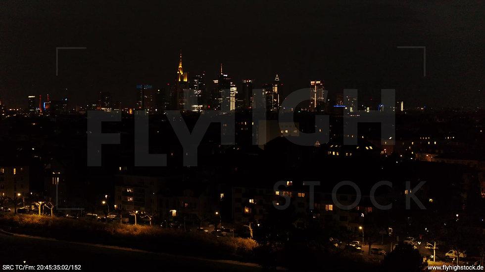 Frankfurt Ostpark tiefer Parallelflug Skyline nachts
