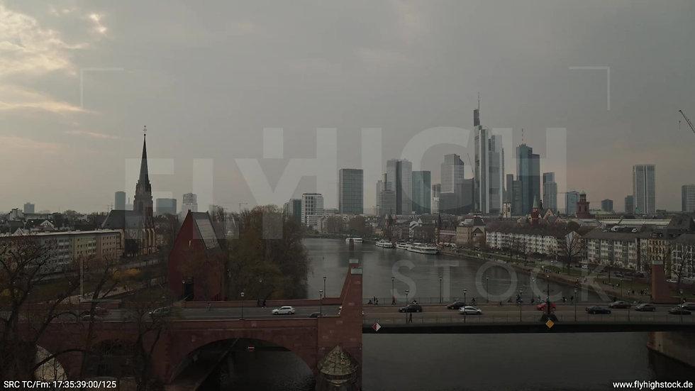 Frankfurt Alte Brücke Hub Skyline tagsüber 6