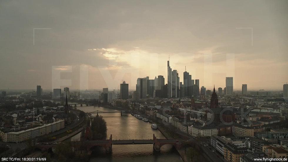 Frankfurt Alte Brücke Zuflug Skyline abends