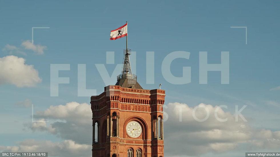 Berlin Neptunbrunnen Rotes Rathaus Parallelflug nach oben abends D041_C028