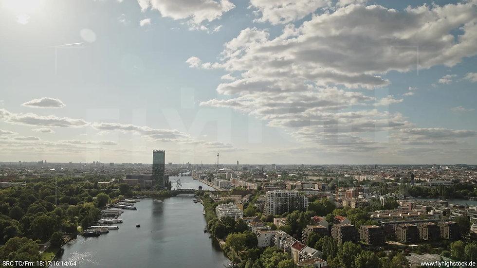 Berlin Treptower Park Skyline Rückflug tagsüber 2