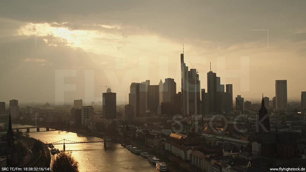 Frankfurt Alte Brücke Zuflug Skyline abends 2